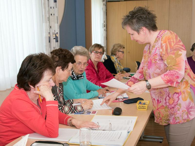 Barbara Purin-Kling unterstützt beim Training in der Lima Gruppe
