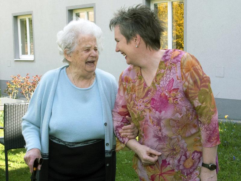 Barbara Purin-Kling beim Spaziergang mit alter Dame