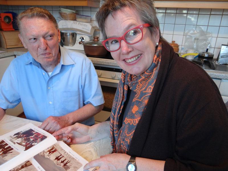 Erinnerungen auffrischen mit Fotos - Barbara Purin-Kling und älterer Herr